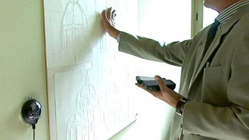In questa foto si vede un ipovedente che visita il museo con l'ausilio di sensori e dispositivi elettronici