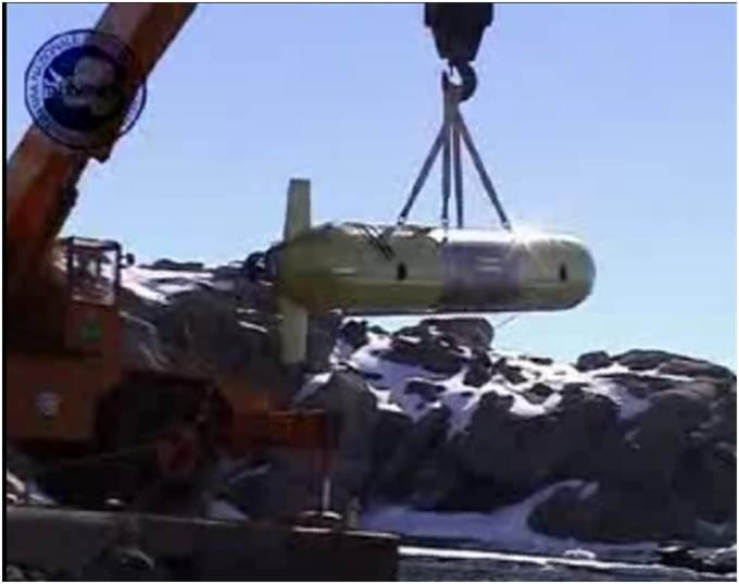 In questa foto si vede il robot sottomarino SARA che viene sollevato dalla gru per essere messo in acqua in antartide
