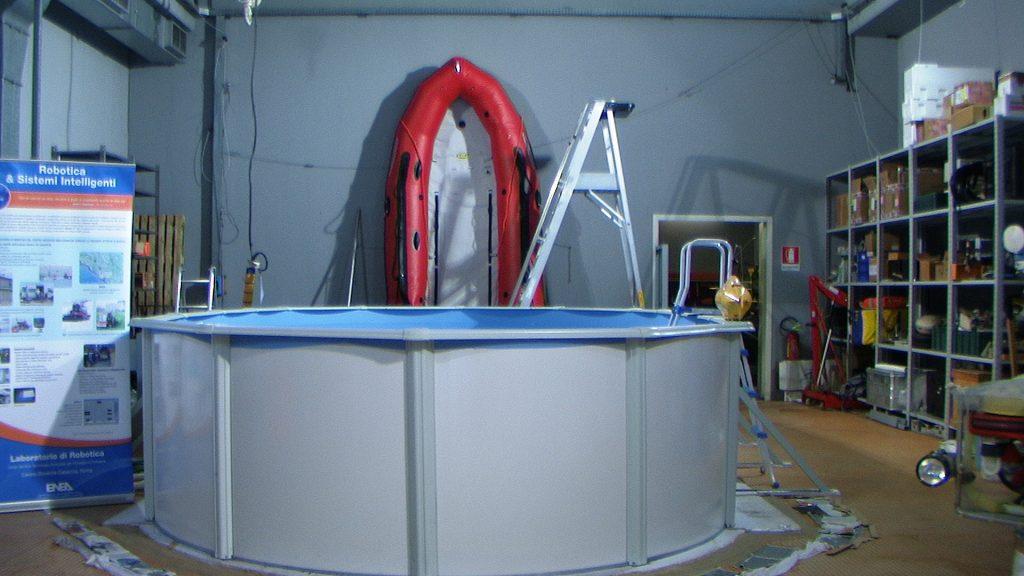 In questa foto si vede l'interno della Hall tecnologica e in particolare la piscina per i test interni e il gommone per i test al Lago.