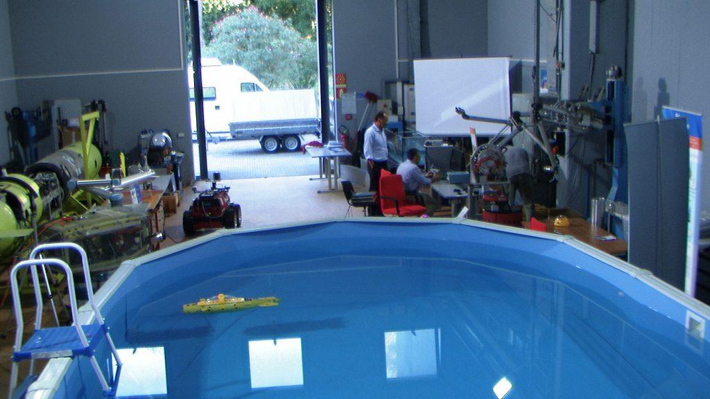 In questa foto si vede l'interno della Hall durante una fase di test del robot sottomarino Neptun